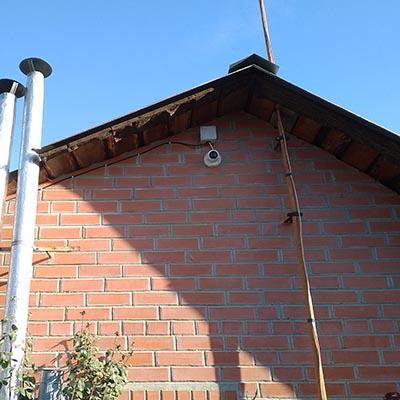 IP камера Hikvision DS-2CD1321 установленная на стене